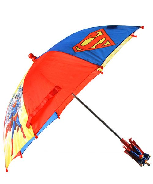 Superman is here to rescue your little guy from the rain! With its bright colors, figurine handle, and action-packed scenes of Superman flying over Metropolis, this kid-sized umbrella is sure to make him smile in even the yuckiest of weather.