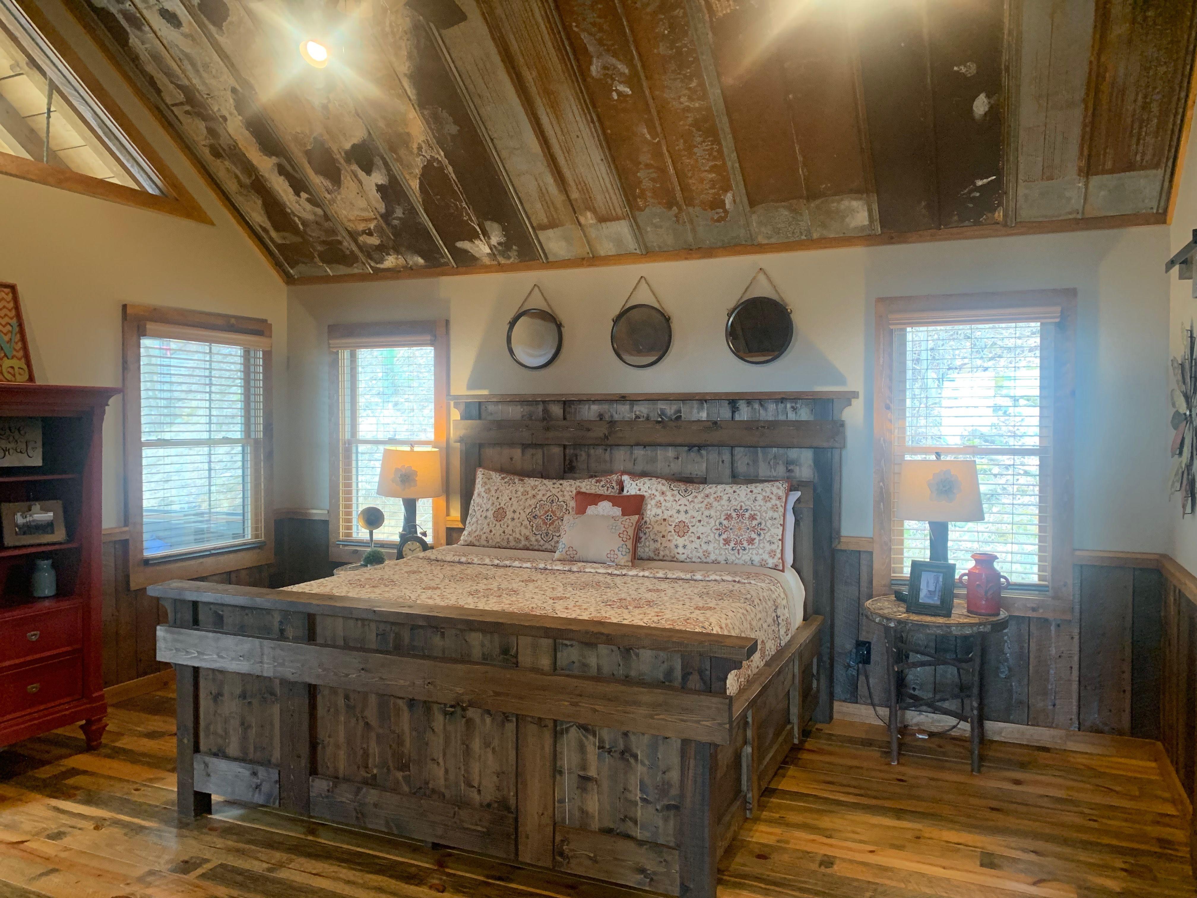 Rustic master bedroom | Rustic master bedroom, Cabin decor ...