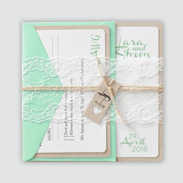 Liebliche Hochzeitseinladung auf Packpapier mit Spitzen Banderole