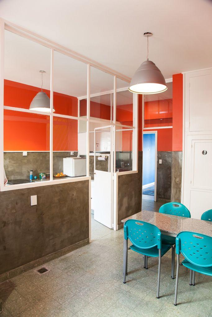 Restauración de cocina antigua con look fabril Colores fuertes y