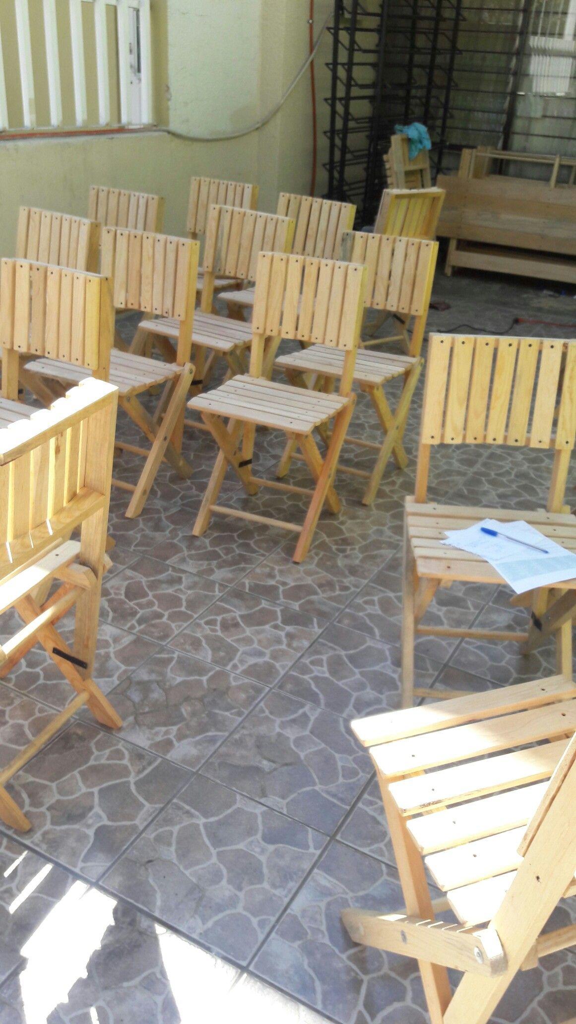 Sillas y mesas de madera pedidos al