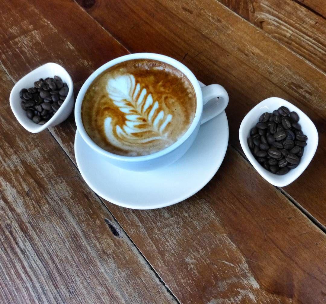 """A R O M A  D I  C A F F É  """"Sin importar el momento o la ocasión; sólo un delicioso #Cappuccino y todo lo demás puede esperar..."""". . Latte Arte by: @irvin_gonzalezo.o .    . Visítanos de lunes a sábados de 8:00 a.m - 6:00 p.m.  en el C. C Metrocenter pasaje colonial. .............................................  #AromaDiCaffé #MeetTheBarista#Postres #CaféVenezolano#Espresso#CoffeeLovers"""