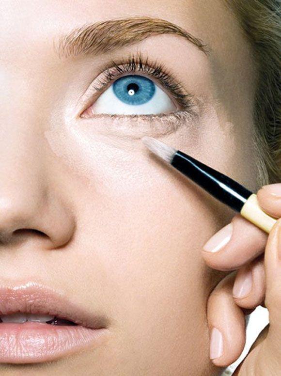 Os corretivos também textura em sérum. Leve e com alta cobertura, eles são boas ideias para quem gosta de maquiagem com acabamento natural.
