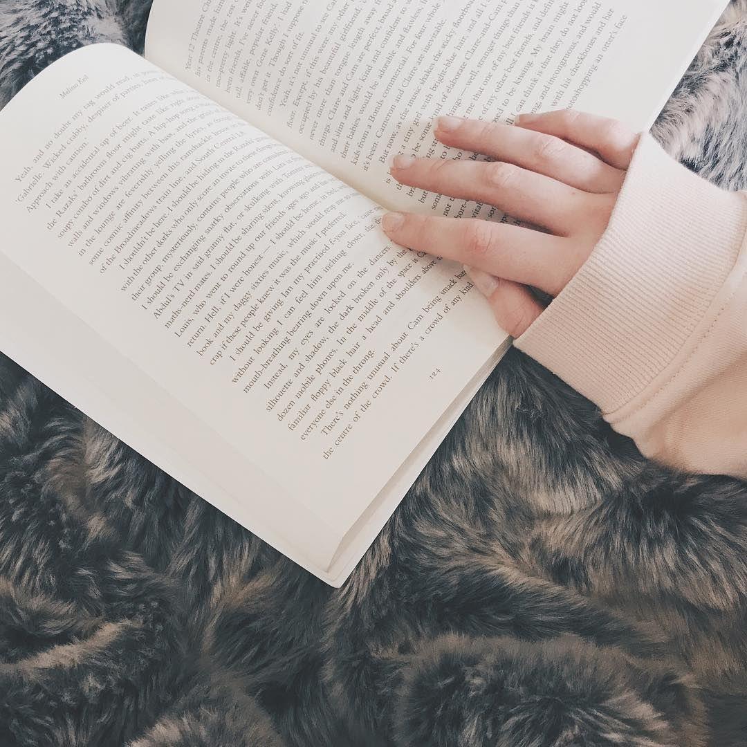 "2,491 lượt thích, 58 bình luận - danielle • 21 • melbourne (@deckledpages) trên Instagram: ""what's everyone currently reading? ✨✨✨"""