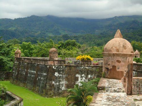 Vista a la cordillera del Merendón desde la fortaleza de San Fernando de Omoa