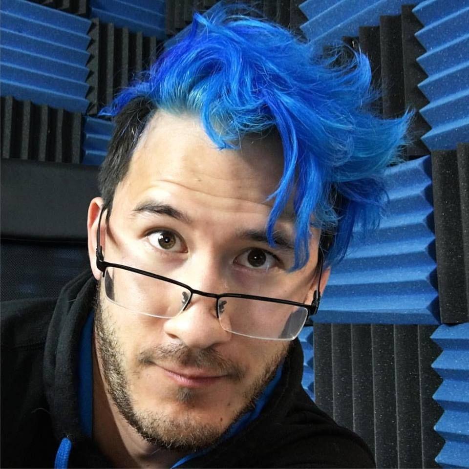 H...his hair is blue..............*very happy squeak ...