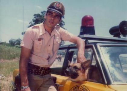"""Por volta de 1978, alguns cineastas como Ary Fernandes, por exemplo, receberam cada qual com seus respectivos projetos, patrocínio financeiro da EMBRAFILMES para a realização de um longa metragem piloto para uma """"futura"""" nova série. Como Carlos Miranda, nesta época já não tinha a mesma aparência jovial dos tempos de outrora, Antonio Fonzar, um """"galã"""", do programa Silvio Santos foi escalado para desempenhar o papel principal no filme."""