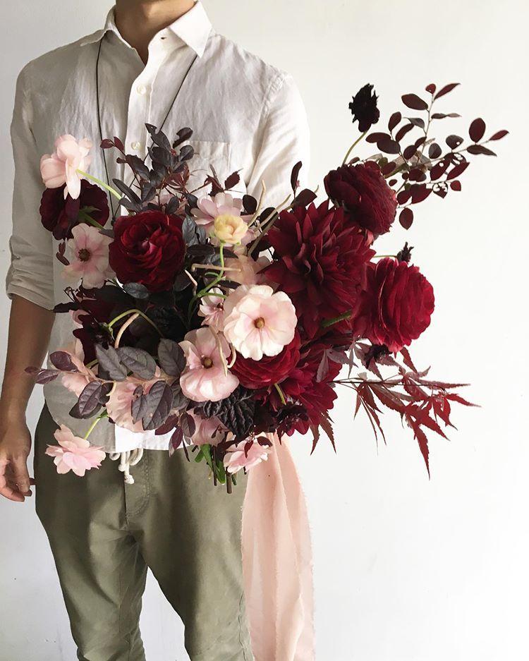 Instagram 上的 Backyard Floral 後院花藝工作室 要配紅色系的捧花 挑選花材是一大考驗 因為我蠻害怕大紅或正紅色 這次選了酒紅色的大理與暗紅色的陸蓮 粉色的蝴蝶陸蓮顏色也夠亮又不失質感 葉材也用了暗紅的楓葉與紅彩木 讓整體的配色更一致與和諧 是很喜歡
