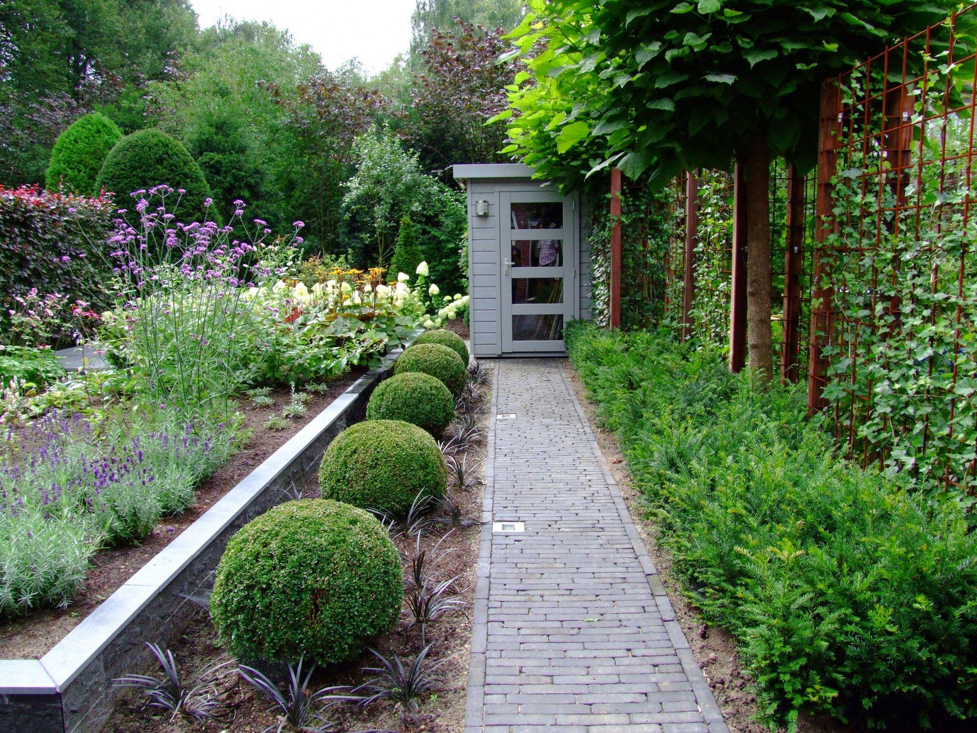 Deze pe tuin aan de achterzijde wordt afgesloten door gemeentegroen wordt gekenmerkt door lange zichtlijnen