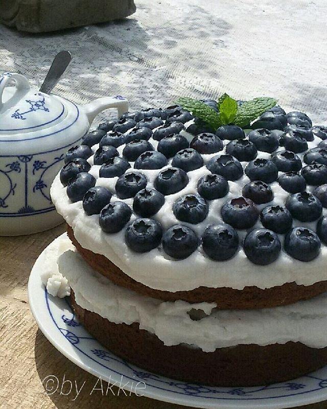 Net een sukje geprobeerd.. Hij is lekker!! ♡ Bedankt voor alle leuke reacties! #blueberrycake #madebyme #landelijkestijl #lekkervoorbijdethee