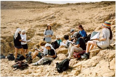 """באווירה פסטורלית, בלב המדבר השקט, נהנים מאות תלמידים מחינוך סביבתי וממרחב לימודי מקצועי ואיכותי, המשלב מגוון סדנאות השמות דגש על מעורבות חברתית והעצמה אישית.     כך לדוגמה, סדנת """"אדם בנגב"""", מאפשרת לתלמידים להכיר את המתחרים על הקרקע של המדבר ומעוררת דיון רחב בנושא ההתיישבות במדבר, צבא, תעשייה, יהודים, בדואים וכל מה שביניהם. סדנה זו מקנה לתלמידים ידע בניהול שימושי הקרקע בנגב.     בקרוב יום פתוח נוסף שיתקיים ב- 9.3.13. מוזמנים להגיע ולהתרשם בעצמכם!"""