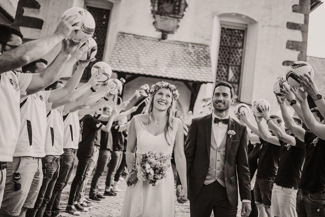 Hochzeitsfotos Im Kinzigtal Im Schwarzwald Emotionale Hochzeitsreportage Beim Auszug Aus Der Kirche Nach Der Trauun Hochzeit Rustikale Hochzeit Hochzeitsfotos
