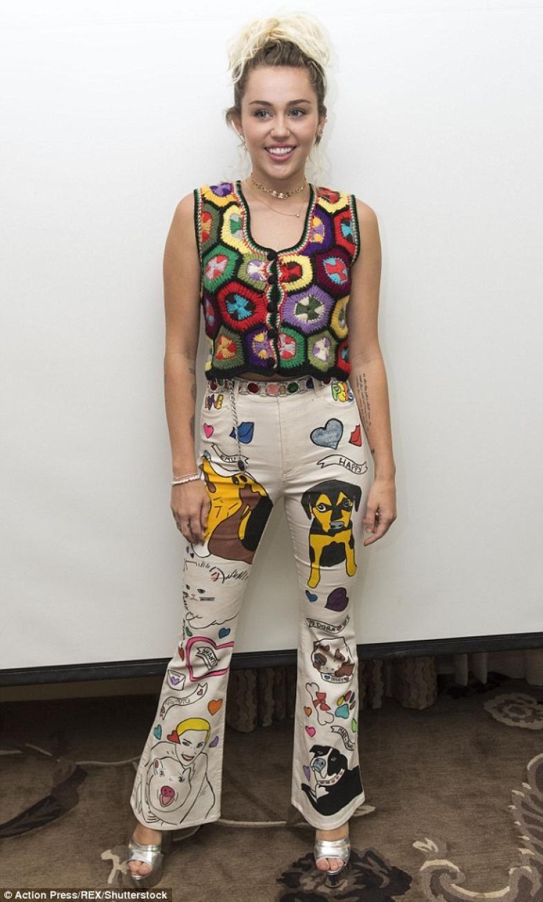 Fanática de sus mascotas: el pantalón de Miley Cyrus pintado a mano | Fashion TV
