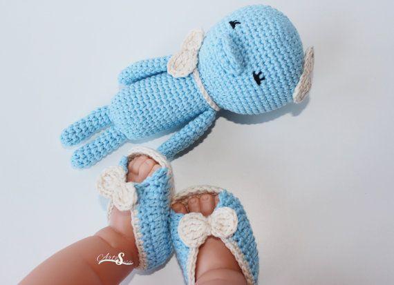 Conjunto sandalias bebé, sonajero bebé, regalo bebé.