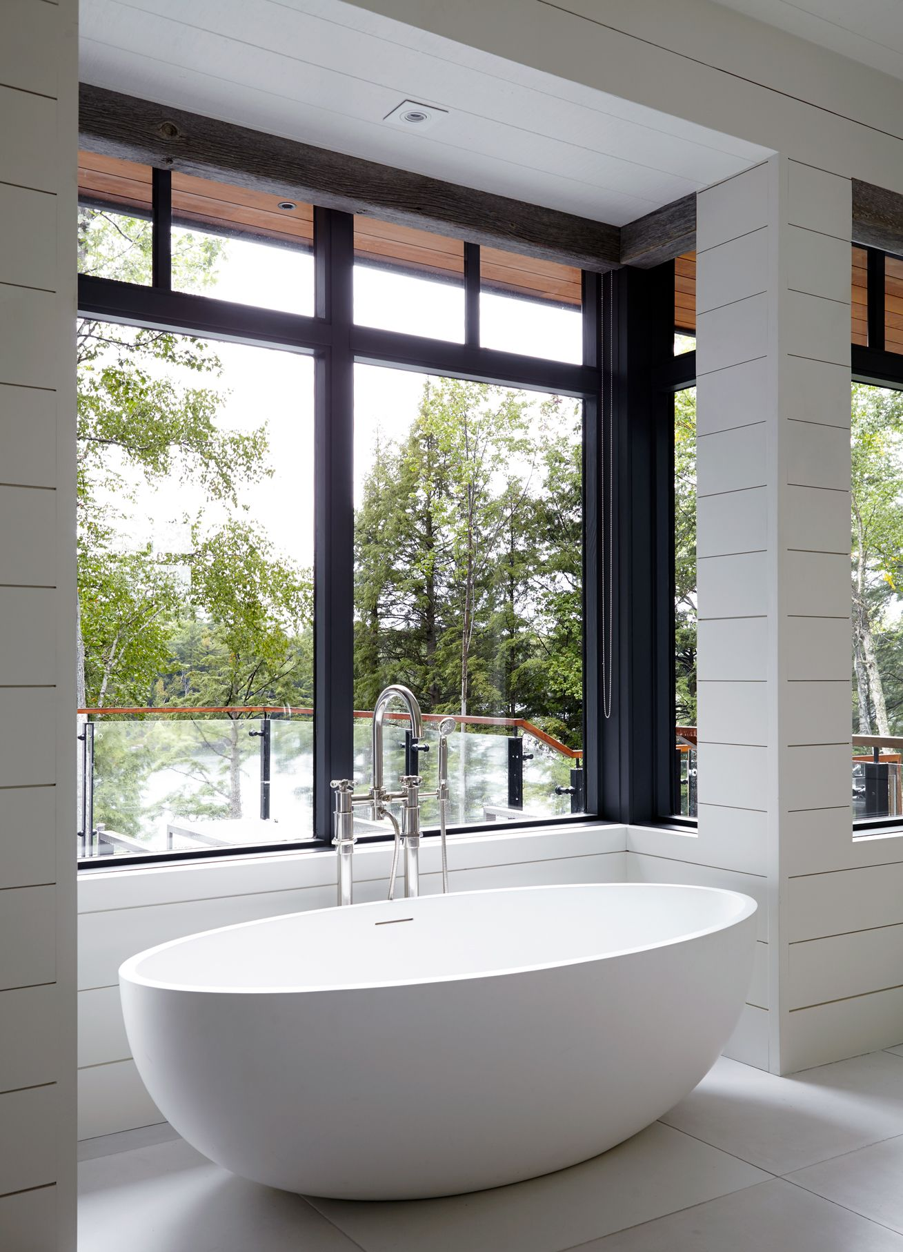 Relax in this beautiful stand alone tub //Architects: +VG Ventin ...