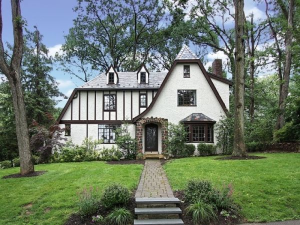 Charming English Tudor With A Colonial Floor Plan Summit New Jersey Listing Price 1 295 000 De Tudor Style Homes Tudor House Stucco And Stone Exterior