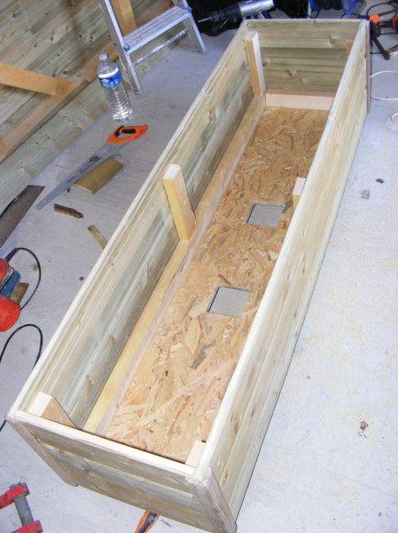 A la suite de la construction de mon abri de jardin il me reste un peu de  bois , comme les jardinières de grandes tailles sont difficiles à trouver  et ... c6517839592
