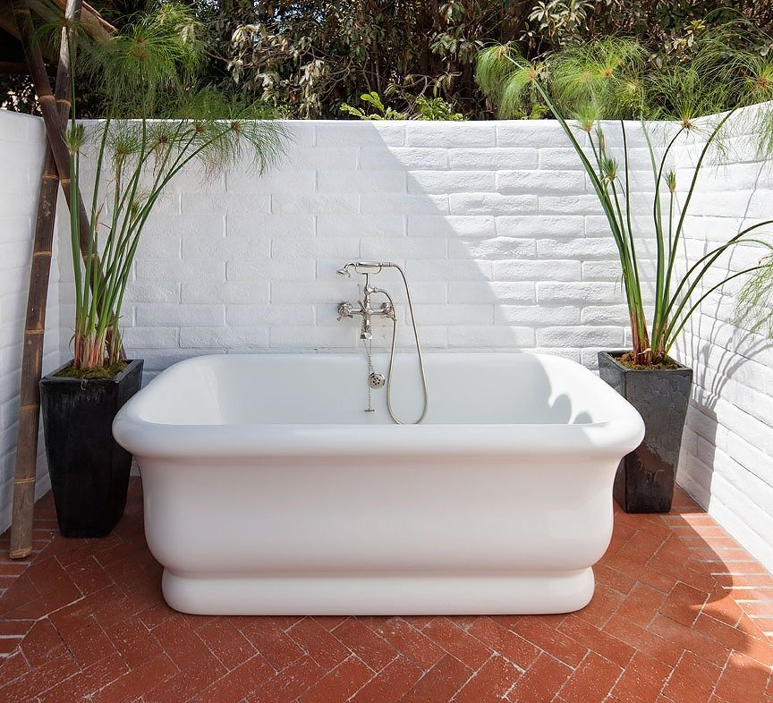 Modern White porcelain bathtub sited in front of a white painted brick wall Minimalist - Fresh porcelain bathtub New Design