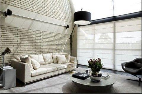 Un loft moderno y funcional con elementos metálicos.