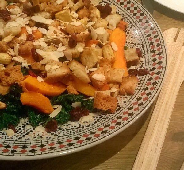 Warme boerenkoolsalade met gegrilde pompoen, pastinaak en halloumi    Pottenkijkers