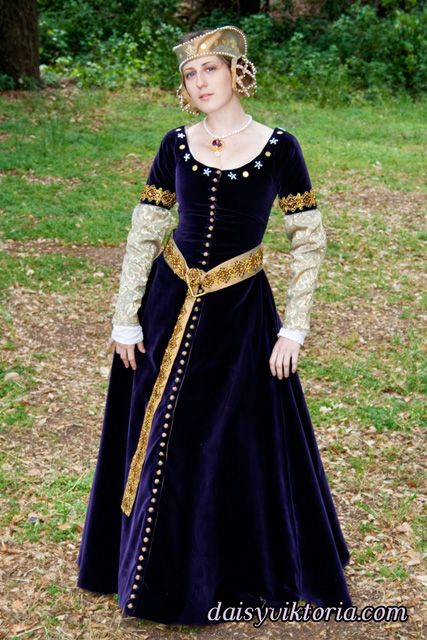 14th century medieval gown  This is a female cotehardie