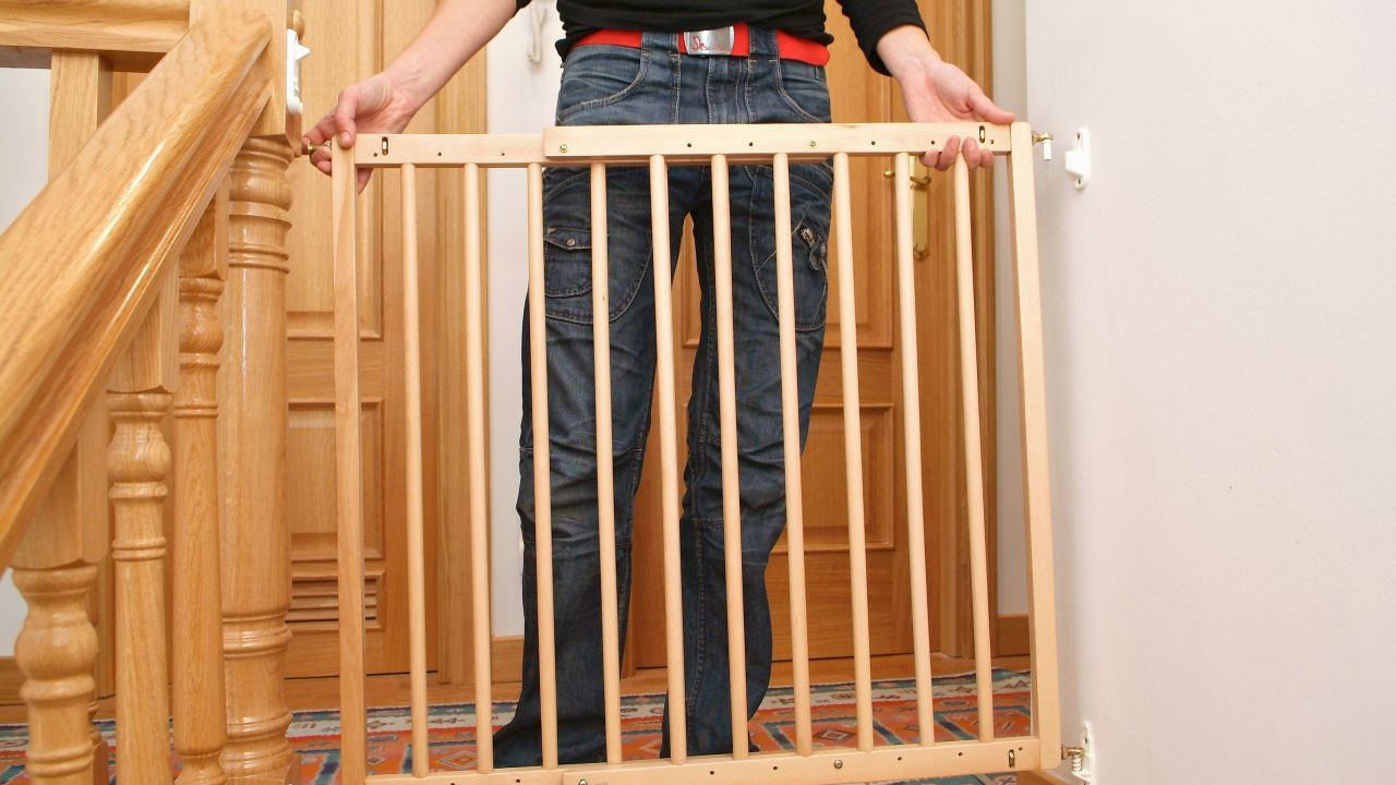 Cómo Colocar Una Barrera De Seguridad Infantil En Una Escalera Bricomanía Seguridad Infantil Rejas De Seguridad Escaleras Para Mascotas