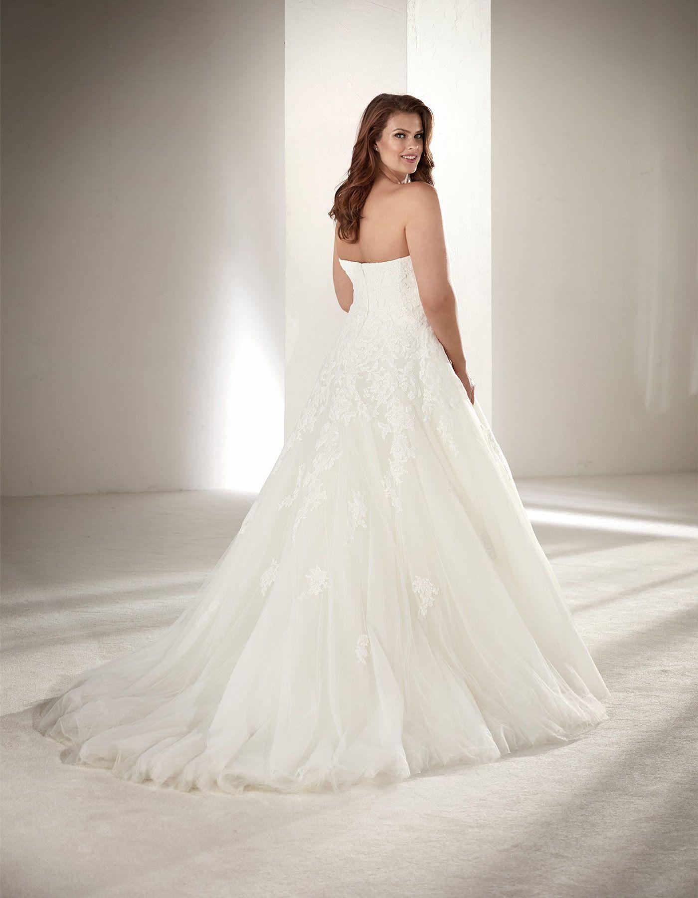 Plus size wedding dress Alcanar by Pronovias Some brides who feel
