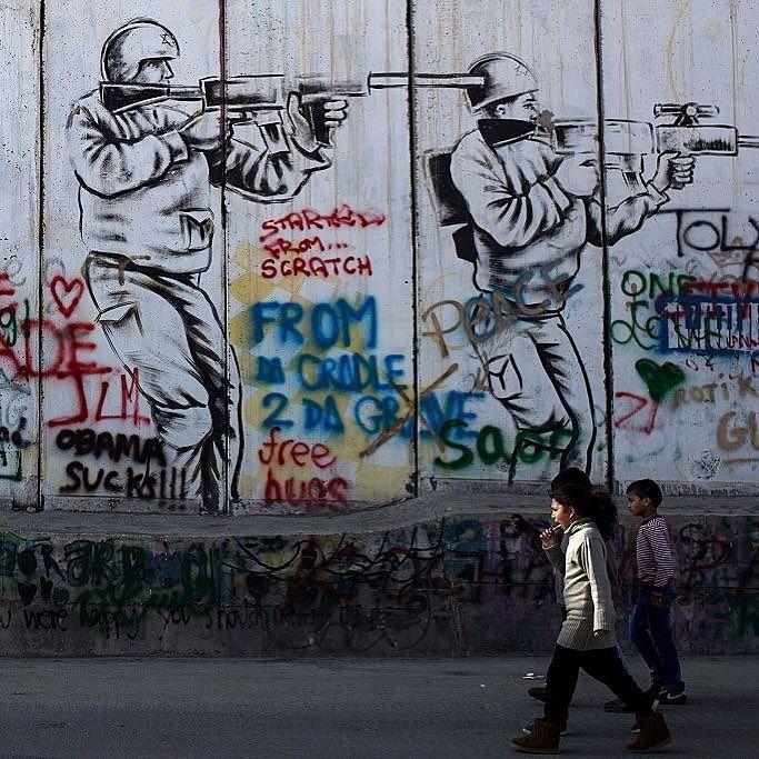 أطفال فلسطينيون أمام جدار الفصل في الضفة الغربية فلسطين اسرائيل اطفال صورة Photo By Chris Mcgrath Getty Images Instagram Instagram Posts Hues