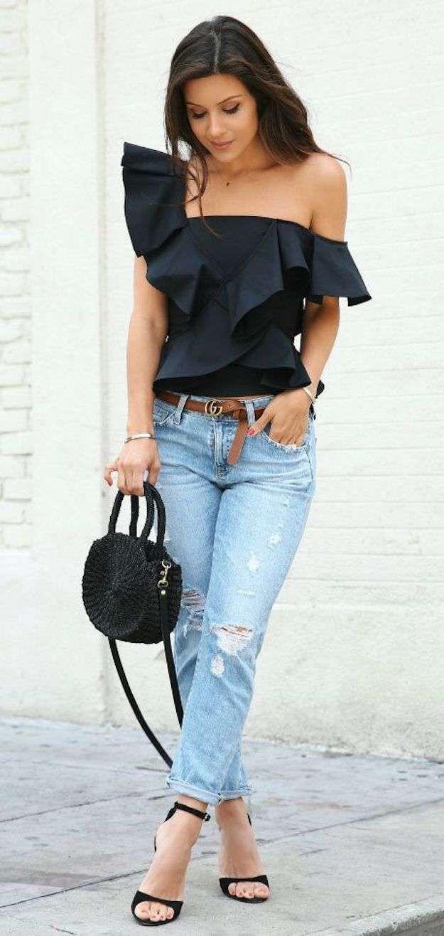 Chica usando una blusa en color negro de un hombro y con holanes ... 9c588558acef