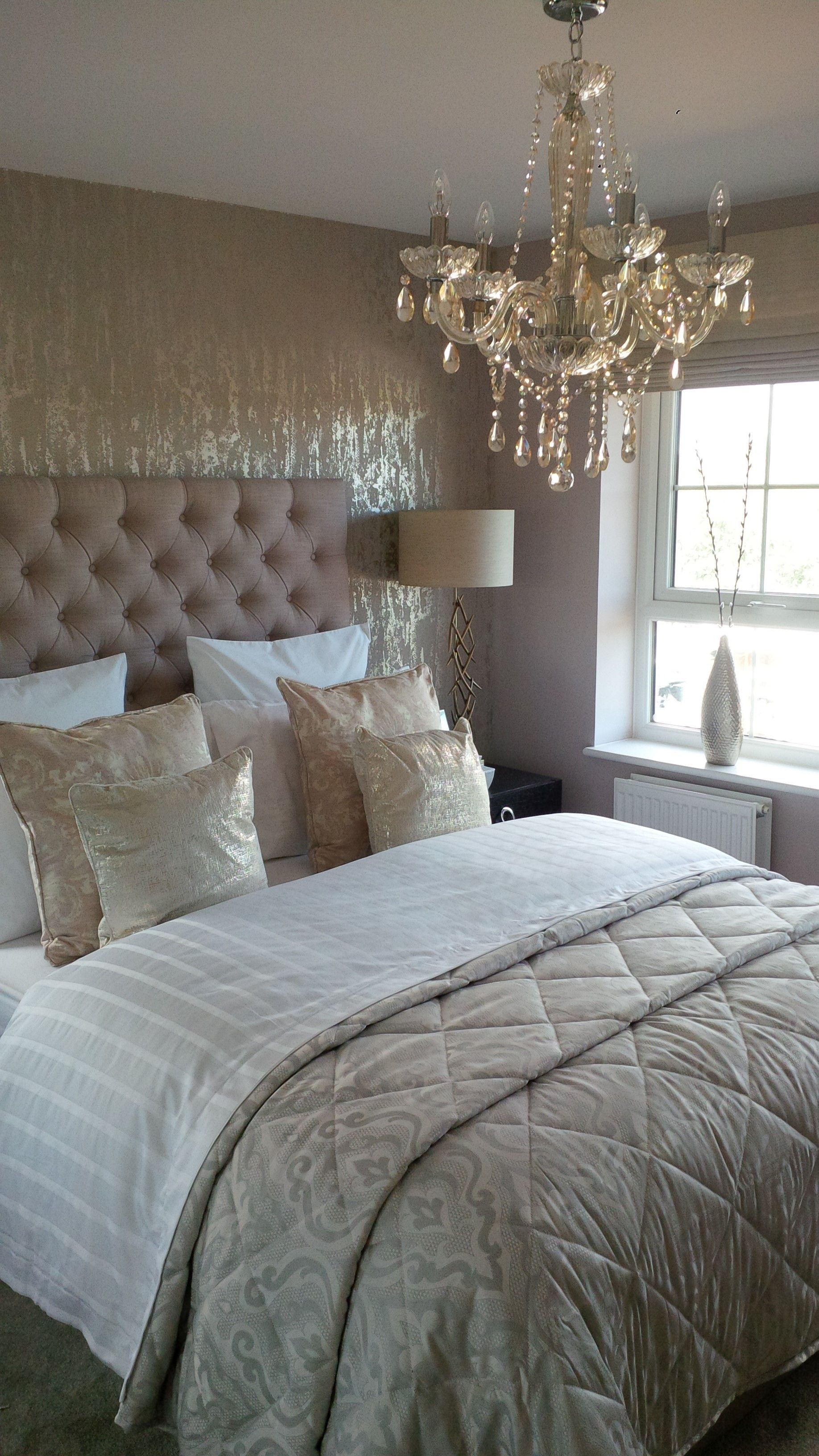 Beautiful Colors In This Bedroom It S So Cozy And Warm Z Luxurious Bedrooms Silver Wallpaper Bedroom Best Bedroom Colors