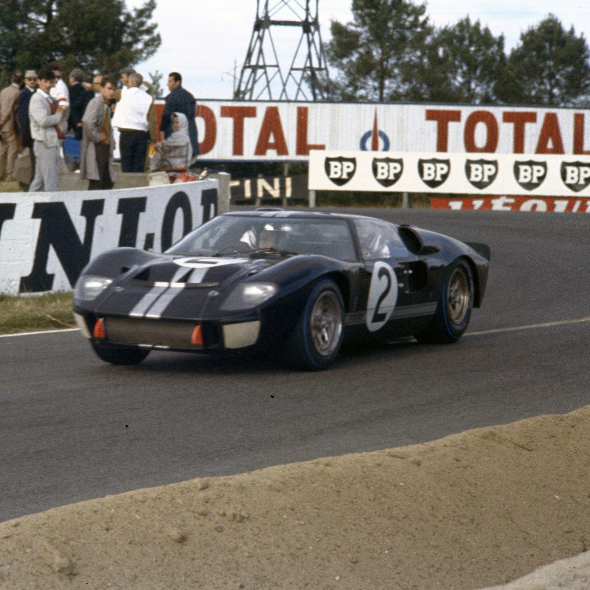The Story Of The Ford Gt40 Told By 25 Rare Photos Ford Gt40 Le
