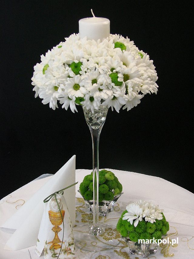 Pin By Justyna Kilyk On Dekoracje Komunijne Floral Centerpieces Flower Centerpieces Round Wedding Tables
