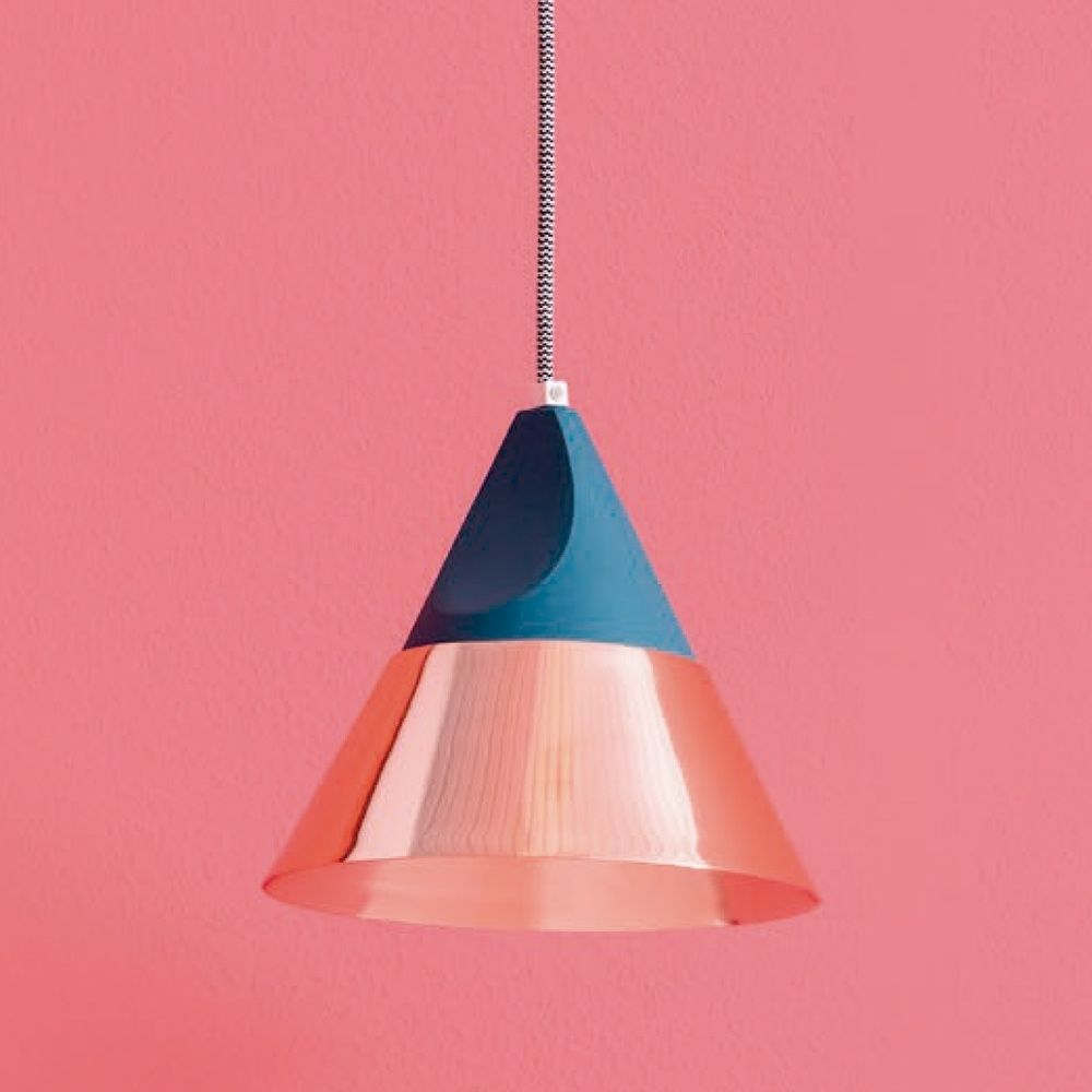 A complete set of lamps, born from the simple idea of dressing the bulb: a body made in solid wood and a colored metal shade become an essential source of light.