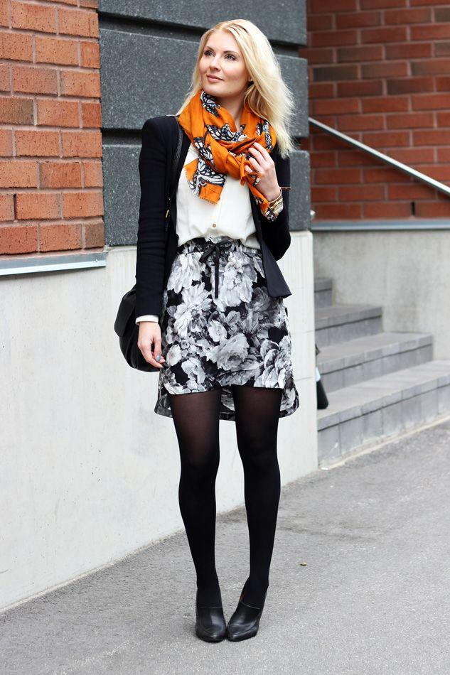 Blazer: Zara / Shirt: HM / Skirt: Zara / Shoes: Shoeshibar / Scarf: Zara / Bracelets: Guess