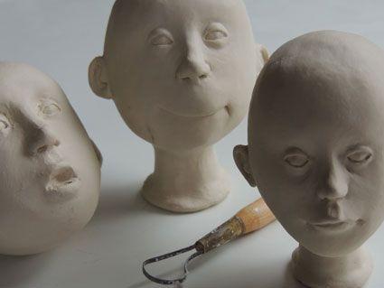 Deze hoofdjes zijn met de hand geboetseerd van porselein en nog ongebakken. Zou je dat ook wel eens willen proberen? Dat kan, op zaterdagmorgen om de 14 dagen in Tilburg of tijdens de poppenvakantie in Parijs. marlaine@home.nl
