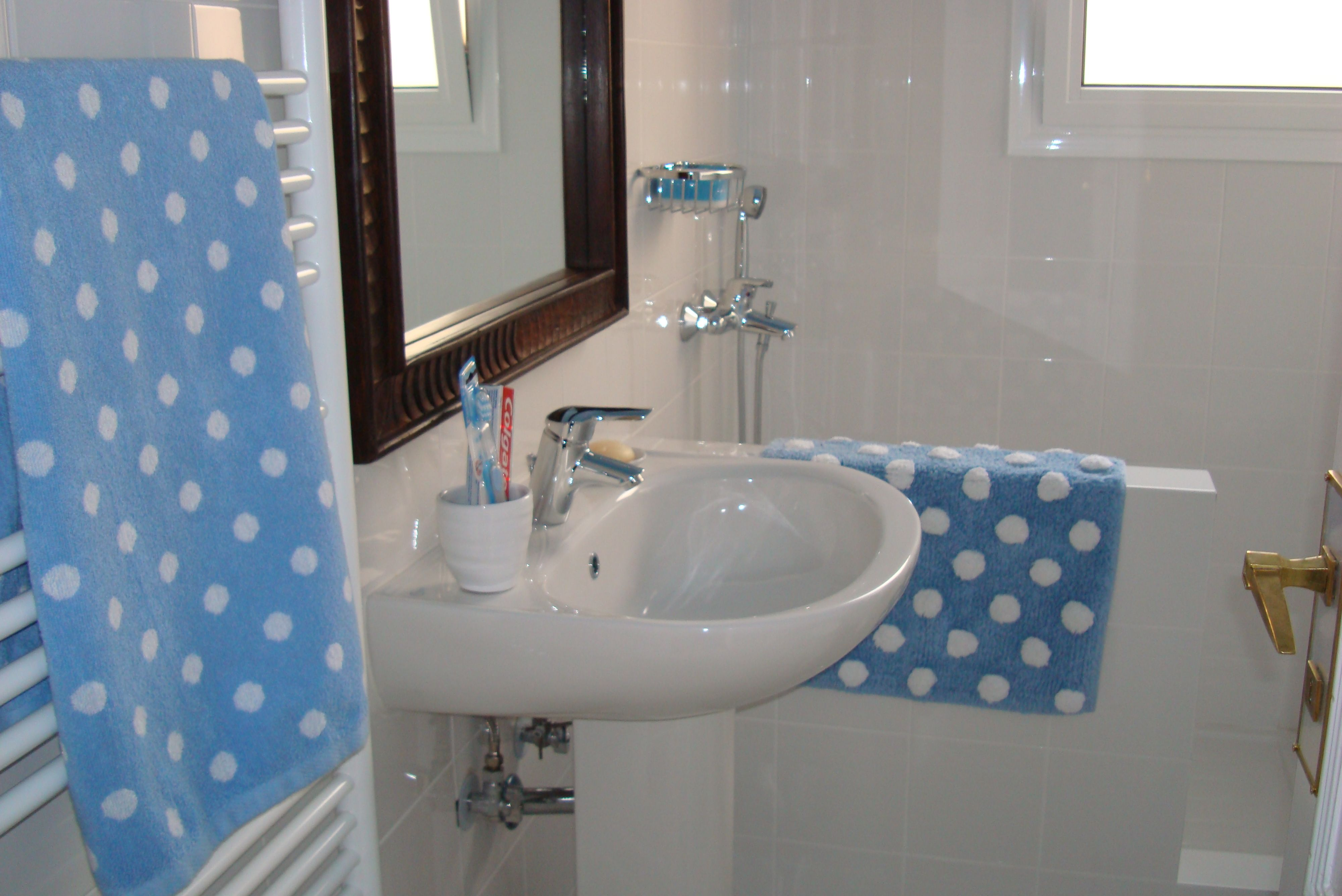 Small bathroom bathrooms pinterest for Ideas on decorating small bathrooms