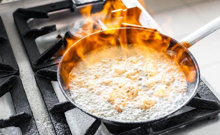 A comida queimou e grudou no fundo da panela? Não dá para salvar a refeição, mas vale a pena conhecer esses truques para limpar o utensílio