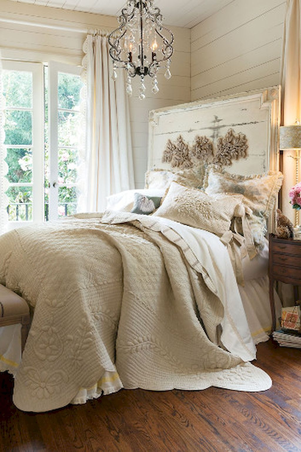 Cool 35 Rustic Shabby Chic Bedroom Decorating