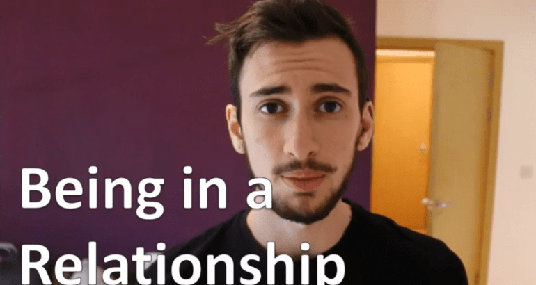 Online Dating pratar på telefon
