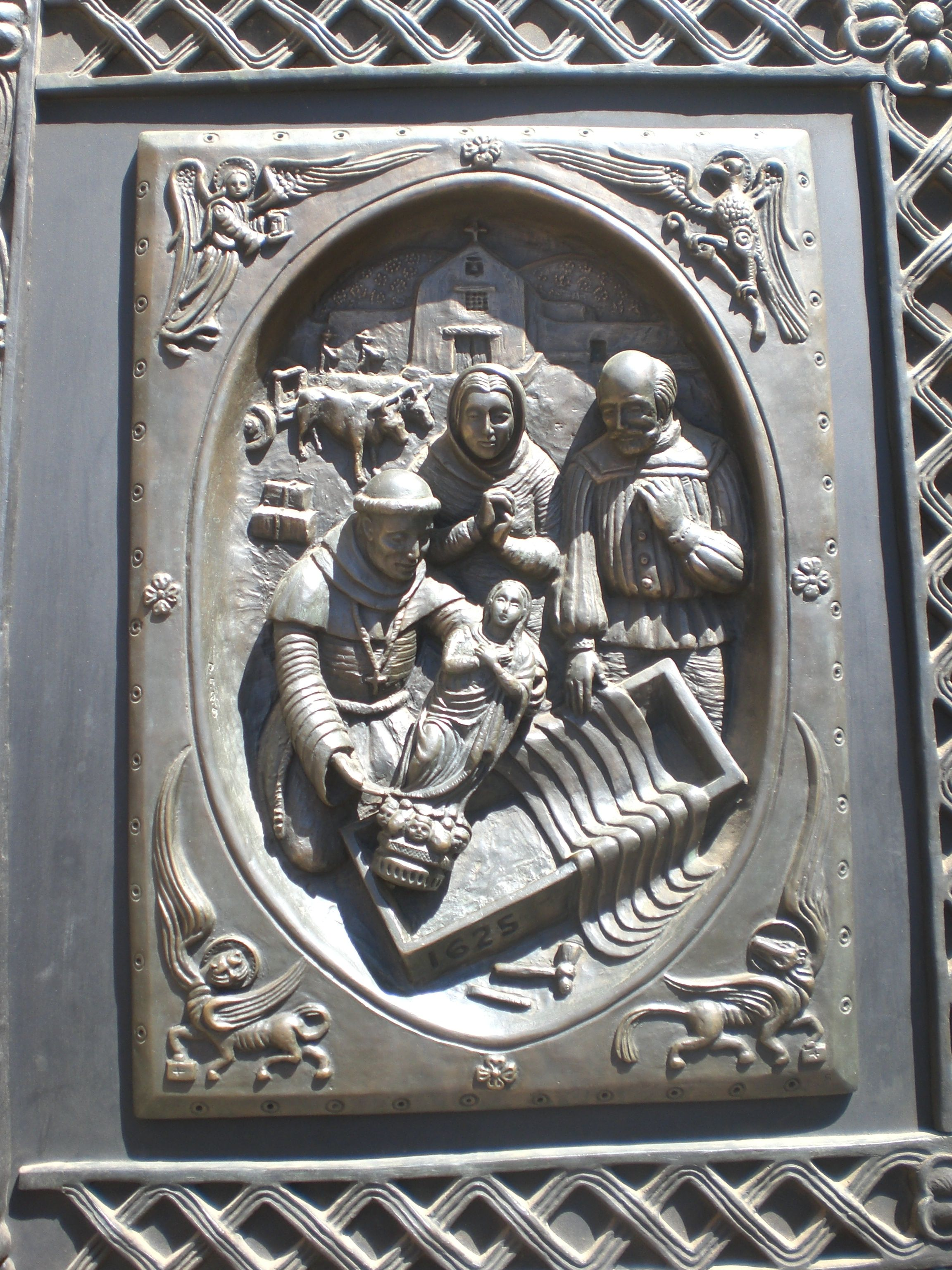 During the restoration of 1986, new doors were created, each with ten bronze panels that portray events in the history of the church in Santa Fe.