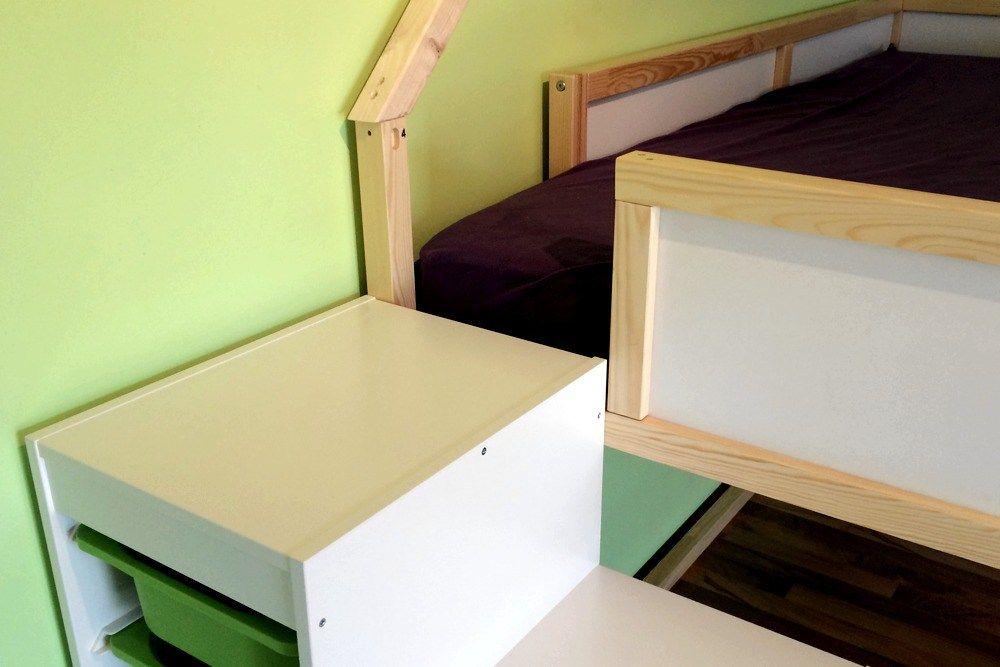 praktisch die oberste stufe des trofast regals reicht gerade bis zum einstieg in das hochbett. Black Bedroom Furniture Sets. Home Design Ideas
