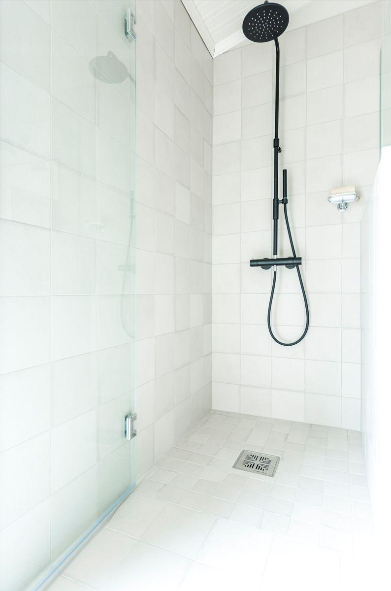 Kannustalo Pohjanmaa. Pesuhuoneen lattiassa Via Emilia grigio 10x10 cm ja seinässä Via Emilia grigio 20x20 cm. #pukkilalaatat #pukkila