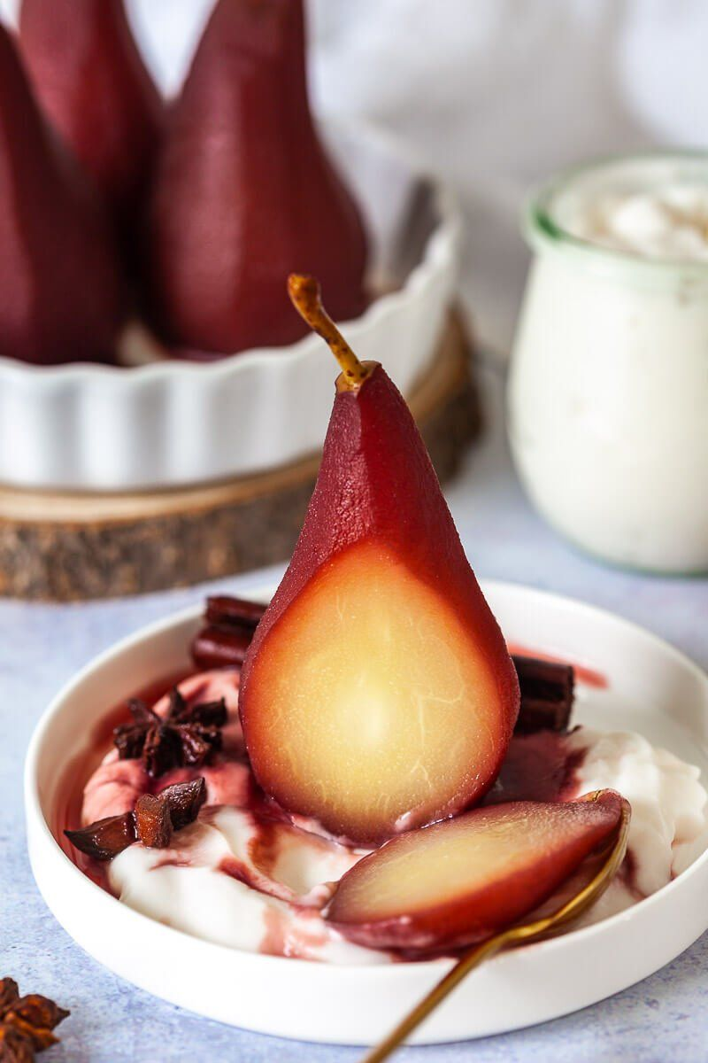 Spiced Red Wine Poached Pears Are A Delicious Easy And Light Winter Dessert For Your Holiday Meal Vegan Glute In 2020 Wine Poached Pears Poached Pears Pear Dessert