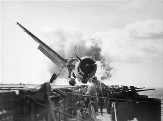 Piloto entrando a un avión incendiando para salvar personas en la segunda guerra mundial.