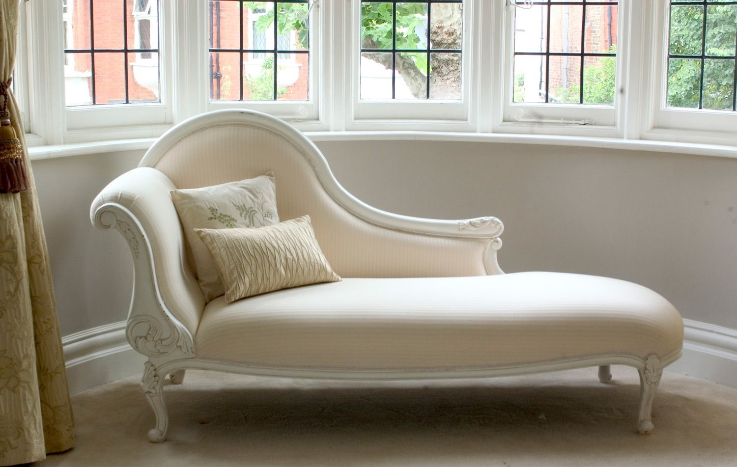 classical white chaise longue sweetpea and willow if. Black Bedroom Furniture Sets. Home Design Ideas