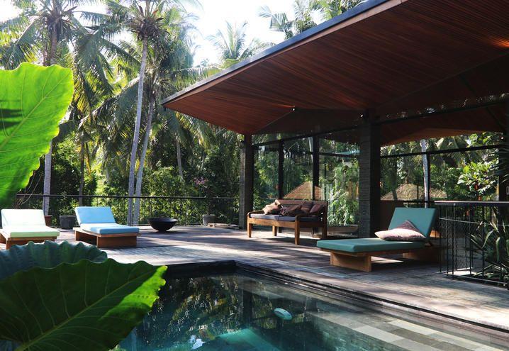 villa con piscina. A Bali ogni luogo è un piccolo villaggio e l'architetto tedesco Alexis Dornier