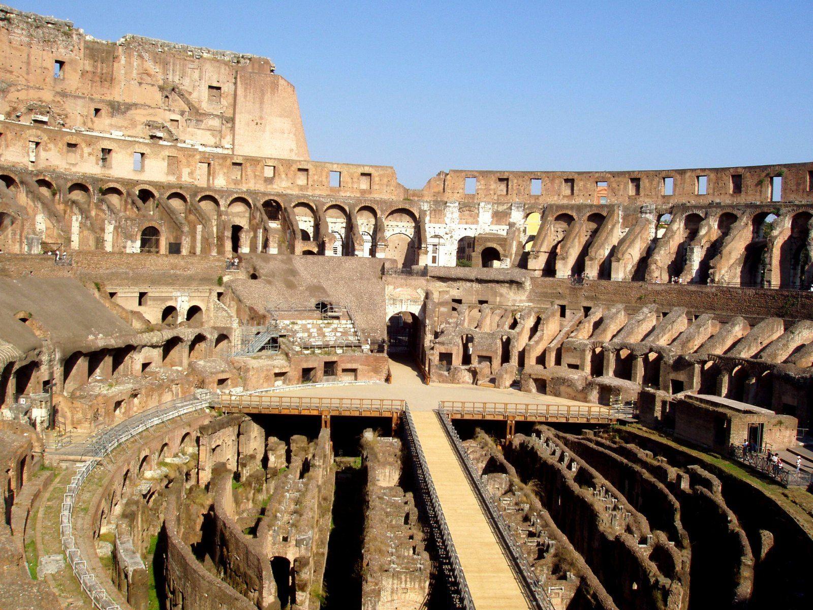 Coliseu de Roma é um gigantesco anfiteatro construdo para grandes espetáculos A capacidade chegava