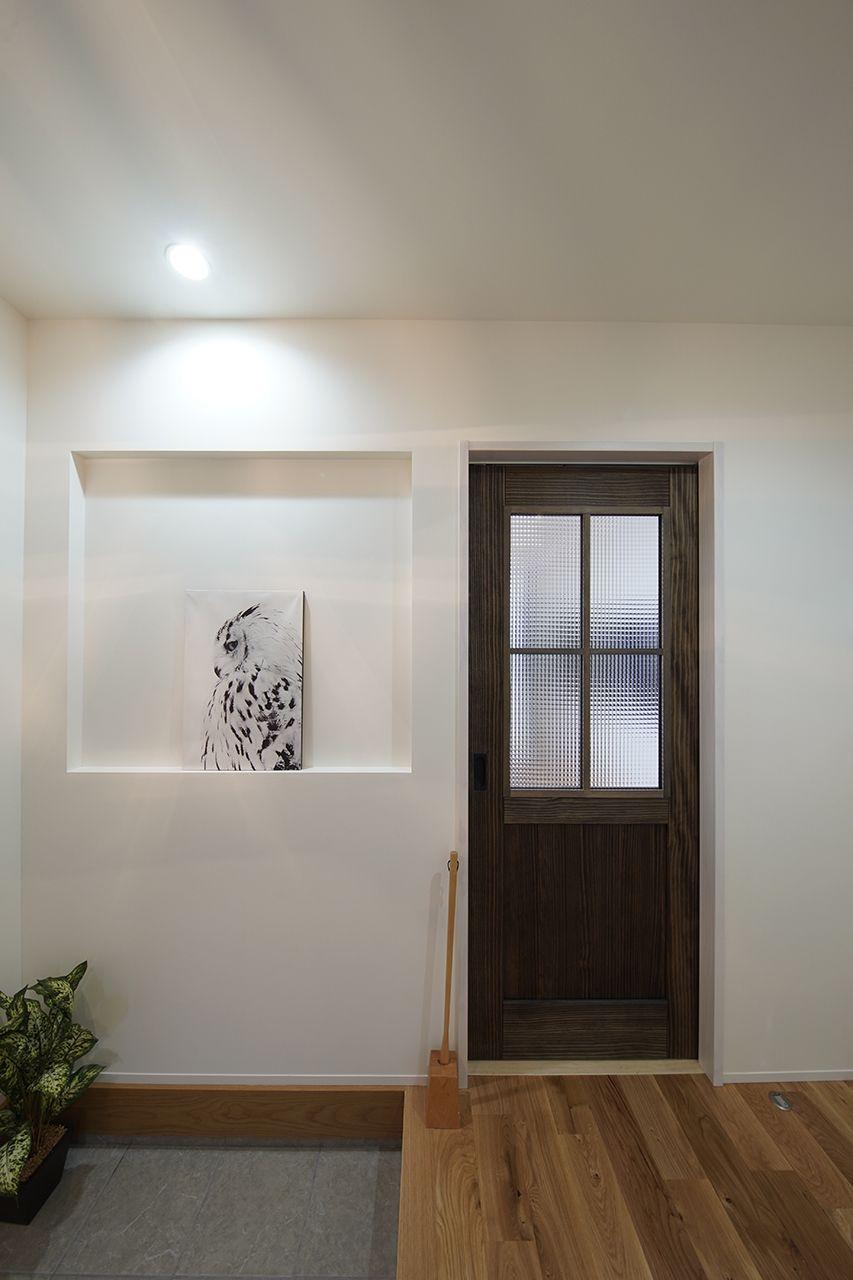 玄関には絵を飾るためのニッチを作りました 吹き抜け リビング階段