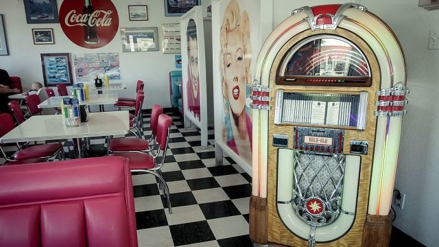 11 Retro Diner Decor Ideas For Your