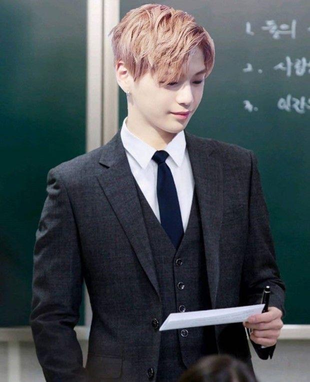 スーツで黒板の前に立つカン・ダニエル